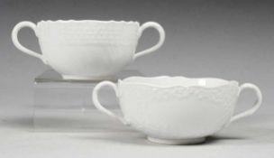 """Paar Suppentassen mit Reliefdekor Weiß, glasiert. Gebogte Ränder. Asthenkel. Reliefdekor """""""