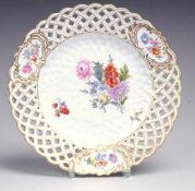 Marcolini-Durchbruchteller mit Blumenmalerei Weiß, glasiert. Durchbrochene, durch 3 rocaillierte