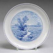 Wandteller mit Landschaftsmotiv Weiß, glasiert. Gemuldete glattrandige Form. Auf dem Spiegel ugbl.