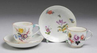 Paar Tassen mit UT und Blumenmalerei Weiß, glasiert. Becherförmige Tassen mit Asthenkel.