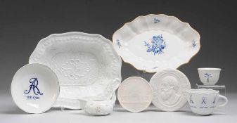 Konvolut Meissener Porzellan 8-tlg. Weiß, glasiert/ Biskuitporzellan. 2 Schalen, Tasse mit UT,
