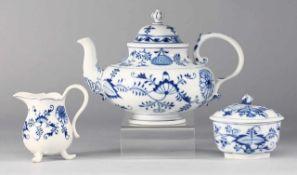 """Kernstück """"Zwiebelmuster"""" Weiß, glasiert. Teekanne, Sahnegießer u. Zuckerdose. Uglbl. Bemalung."""