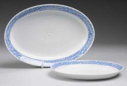 "Paar Ovalplatten ""Blaue Rispe nach Riemerschmid"" Weiß, glasiert. Form ""Perle"". Gemuldet u."