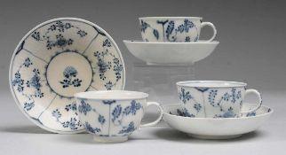 Drei Tassen mit UT und Strohblumendekor Weiß, glasiert. Halbkugelige Tassen mit Ohrenhenkel.