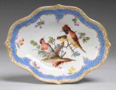 Anbietschale mit Schuppenmuster und feiner Vogelmalerei Weiß, glasiert. Passig geschwungene Form.