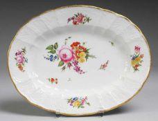 """Schale mit Reliefdekor und feiner Blumenmalerei Weiß, glasiert. Gemuldete ovale Form. Reliefdekor """""""