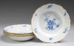 """Vier Suppenteller """"Blaue Blume mit Insekten"""" Weiß, glasiert. Form """"Neuer Ausschnitt"""". Uglbl."""