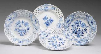 Vier Korbrandteller mit Blaumalerei Weiß, glasiert. Durchbrochene, durch 3 rocaillierte Kartuschen