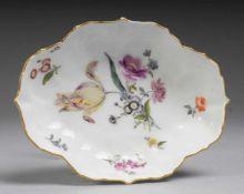 Anbietschale mit feiner Blumenmalerei Weiß, glasiert. Ovale geschweifte Form mit gebogtem Rand.