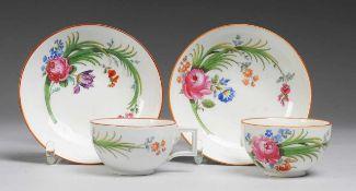 Paar Marcolini-Tassen mit UT Weiß, glasiert. Halbkugelige Tassen mit eckig ausgezogenem
