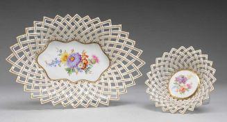 Paar Schalen mit Flechtrand Weiß, glasiert. Runde bzw. ovale Form. Ausgezogen Fahne mit durchbrochen