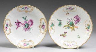 Paar Schalen mit feiner Blumenmalerei Weis, glasiert. Runde gemuldete Form mit leicht gebogenem