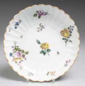 Fächerschale mit feiner Blumenmalerei Weiß, glasiert. Gemuldete runde Form mit fächerartig