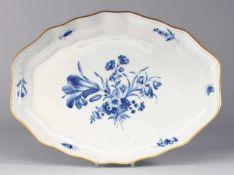 """Speiseplatte """"Blaue Blume mit Insekten"""" Weiß, glasiert. Ovale Form mit passig geschweiftem Rand."""