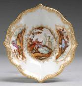Schale bzw. UT mit feinen Watteau-Szenen Weiß, glasiert. Passig geschweifte Form mit konisch