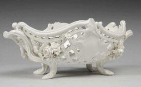 Durchbruchkorb mit Blütenbesatz Weiß, glasiert. Ovale, vierpassig geschweifte Form. Seitl. Handhaben