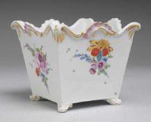 Marcolini-Cachepot mit Blumenmalerei Weiß, glasiert. Über Volutenfüßchen konisch ausgezogener