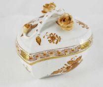 Herend Dose Herzförmige Dose, Herend, Dekor Apponyi in Braun, Höhe 9 cm, minimale Bestoßung an einer