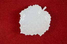 Kleine Blattschale, KPM Berlin Weißporzellan, Zeptermarke 1. Wahl, Länge 8 cm, in sehr gutem