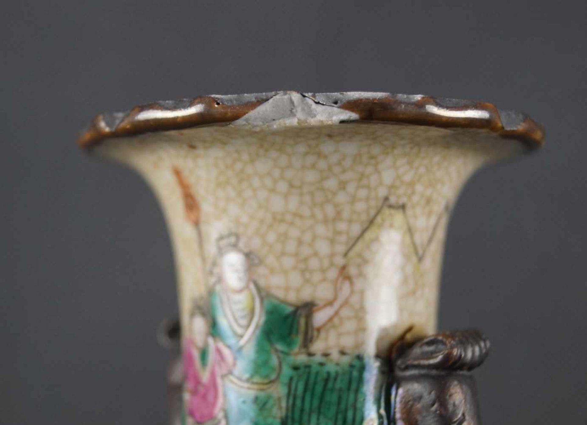 Kleine Vase beiger Scherben, mit craquelierter, cremefarbener Glasur, verziert mit einer umlaufenden - Bild 3 aus 4