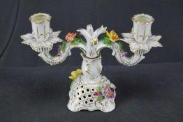 zweiflammiger Leuchter, Dresden mit aufgesetzten Blüten, zweiteilig, Höhe 17 cm x Breite 25,5 cm,