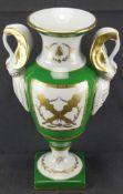 Henkelvase Goudeville Paris, grüner Fond, Dekor mit goldenem N, napoleonischer Biene, Fackel und