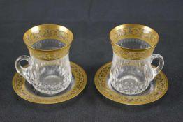 Zwei Teegläser mit Untertasse, Saint Louis Mit Ätzmarke versehen, aus der Serie Thistle Gold, Höhe