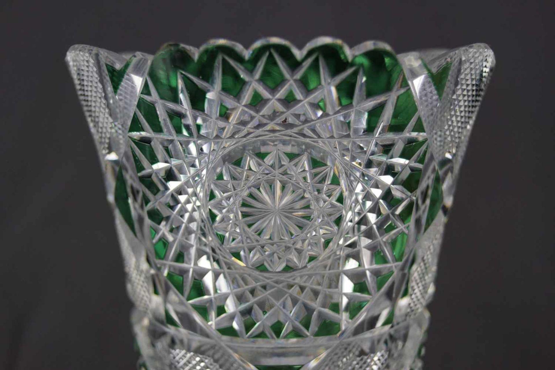 Vase aus Bleikristallglas grüngefärbte Flächen, Höhe 30,5 cm, einige Bestoßungen sind vorhanden - Bild 2 aus 3