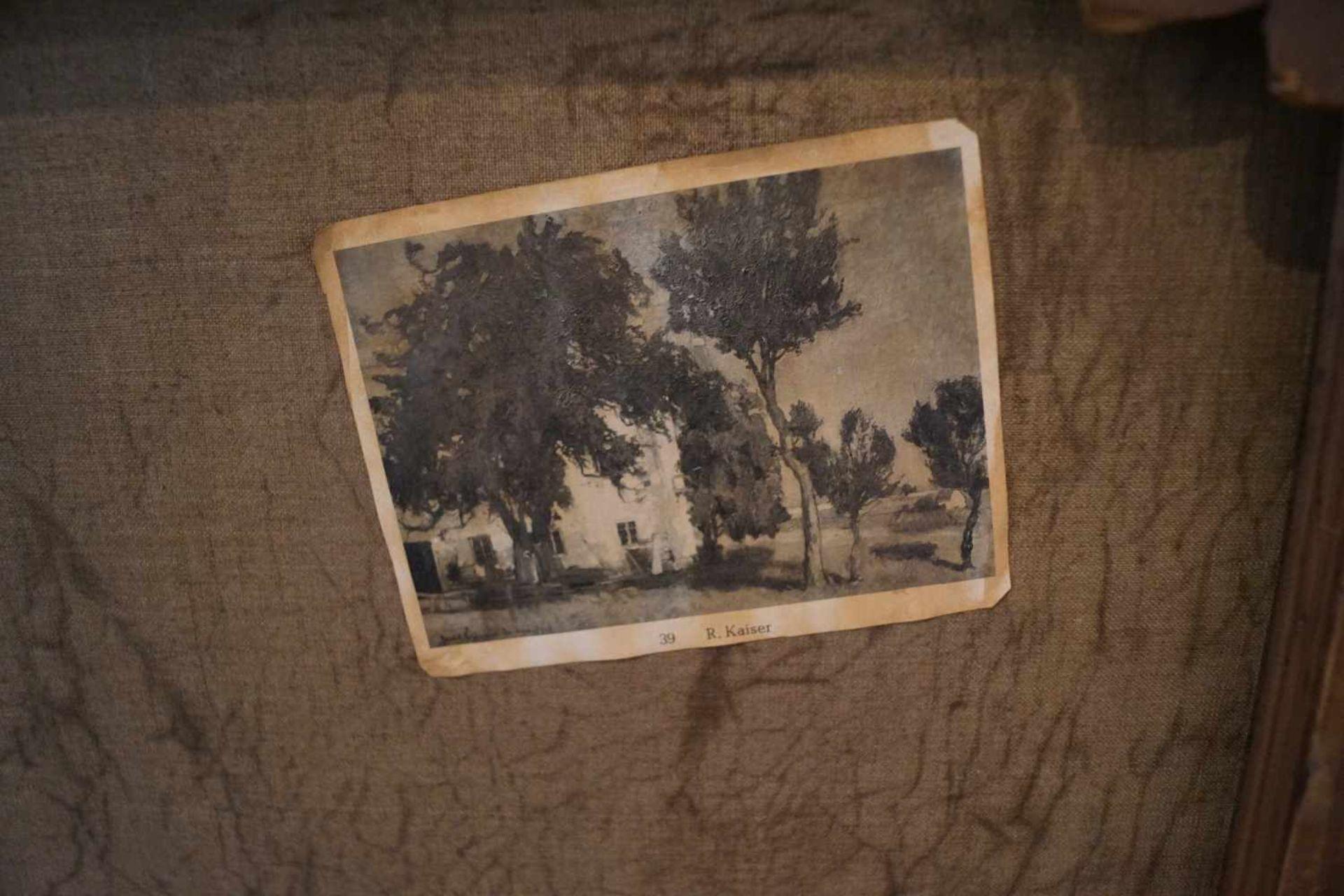 """""""Gutshof unter Kiefern"""" Richard Kaiser (1868-1941), Goldrahmen, Öl/Lwd, Höhe 75,8 cm x Breite 102, - Bild 3 aus 4"""