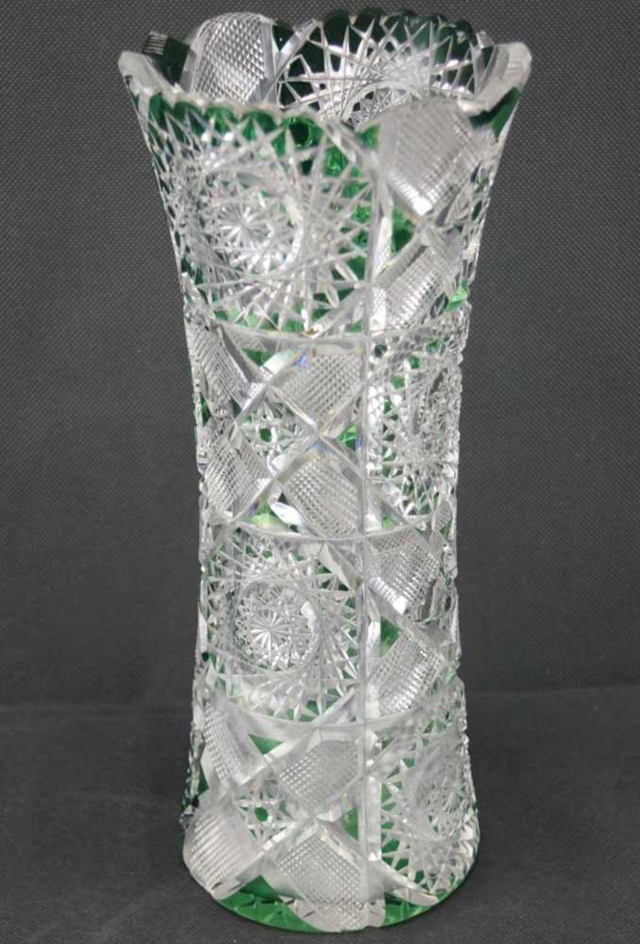 Vase aus Bleikristallglas grüngefärbte Flächen, Höhe 30,5 cm, einige Bestoßungen sind vorhanden
