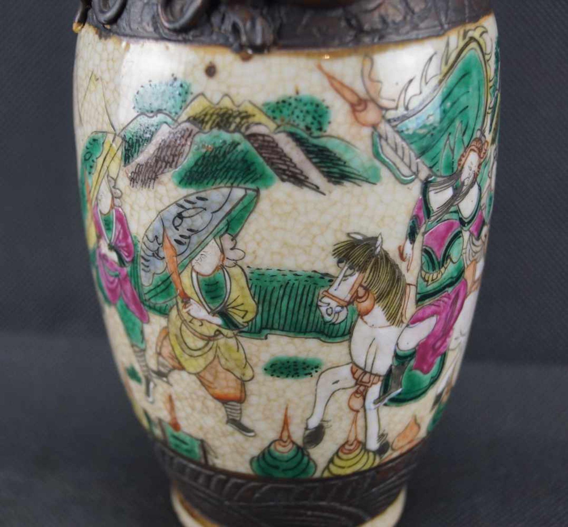 Kleine Vase beiger Scherben, mit craquelierter, cremefarbener Glasur, verziert mit einer umlaufenden - Bild 4 aus 4
