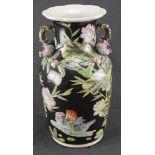 Vase, China Porzellan mit schwarzem Fond, aufgesetzten Seerosenblüten, zwei Henkeln und einer