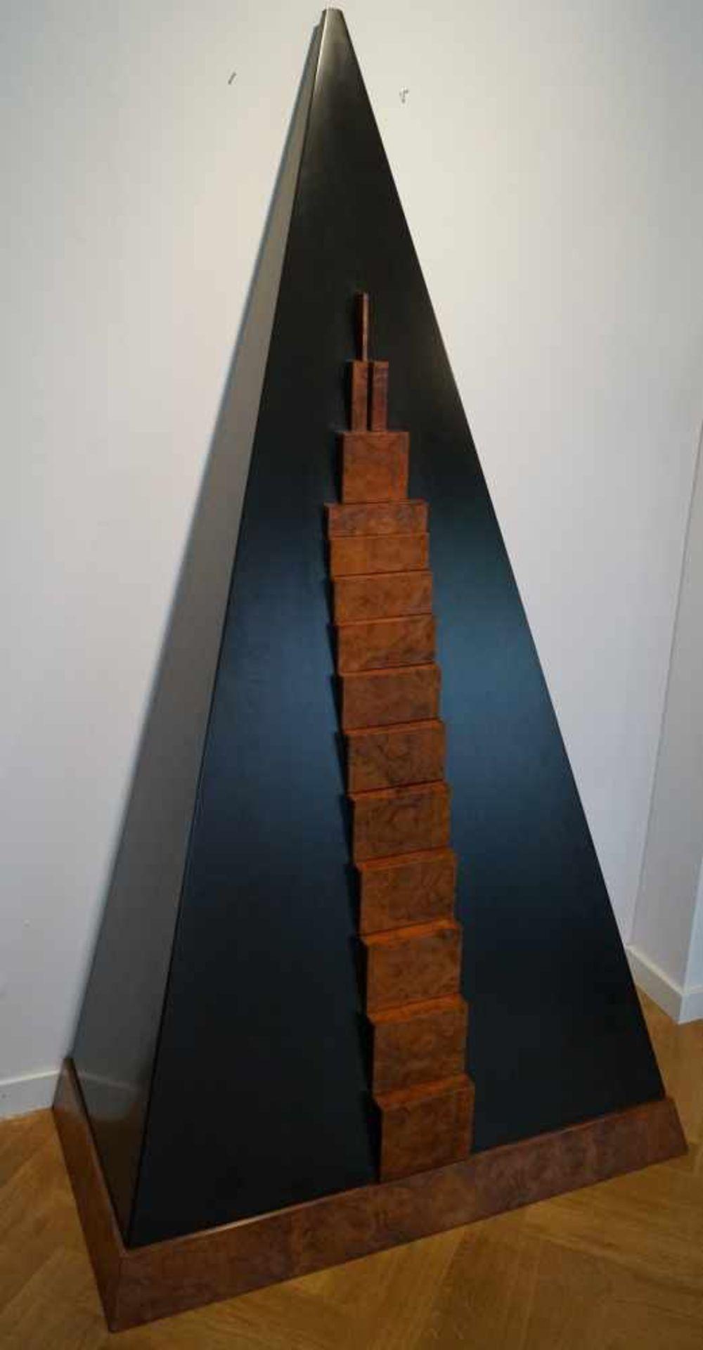 Pyramidenschrank, Andreas Weisheit (1937 - 2000) Pyramidenschrank, Thujawurzelholz und in