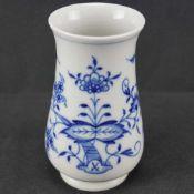 Kleine Vase, Meissen Schwertermarke 1. Wahl, Dekor Zwiebelmuster, Höhe 11 cm, in sehr gutem Zustand