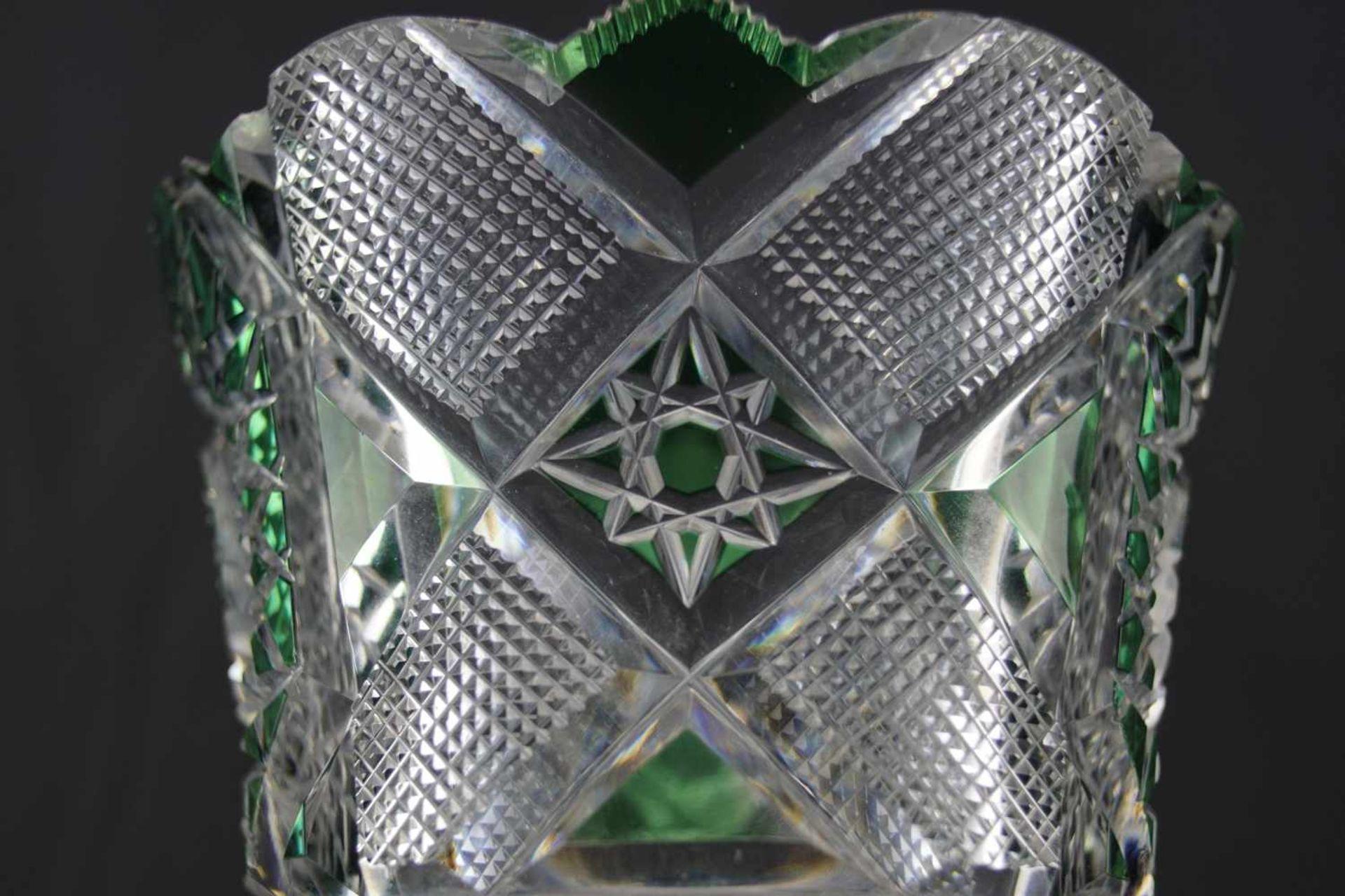 Vase aus Bleikristallglas grüngefärbte Flächen, Höhe 30,5 cm, einige Bestoßungen sind vorhanden - Bild 3 aus 3