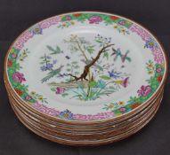 Acht Speiseteller aus PorzellanMit chinesischer Malerei, Durchmesser 26 cm, Drei Teller mit