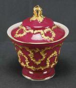 Bonbonniere, MeissenSchwertermarke 1. Wahl, weinroter Fond, Goldstaffage, Höhe 16,5 cm, in