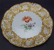 Prunkteller, MeissenSchwertermarke 2. Wahl, Dekor Blume 2, Goldstaffage, Durchmesser 29 cm, in