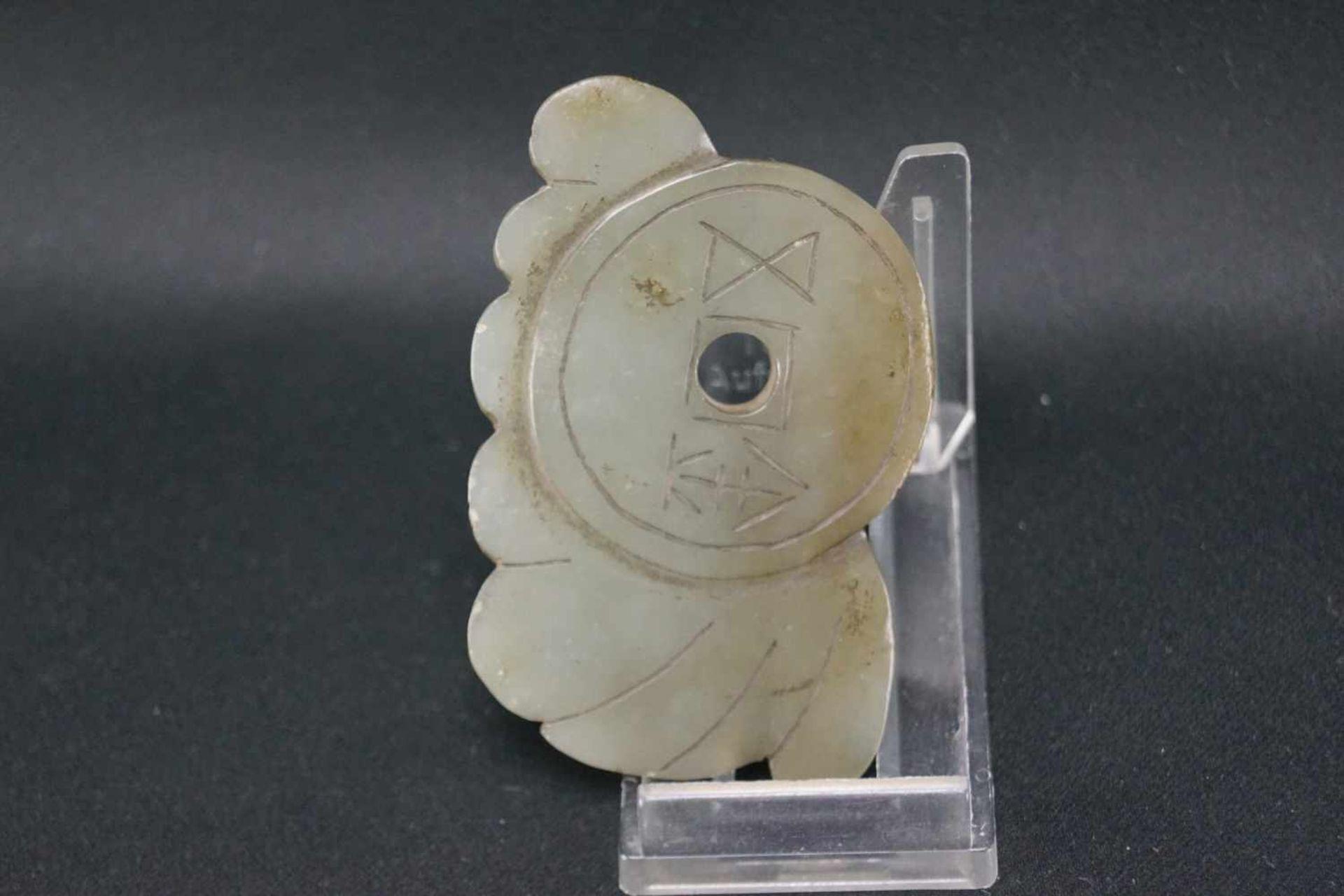 Drei Jadeschnitzereienhellgrüne Jade, im archaischen Stil, Maße der eckigen Schnitzereien Höhe 7 - Bild 5 aus 7