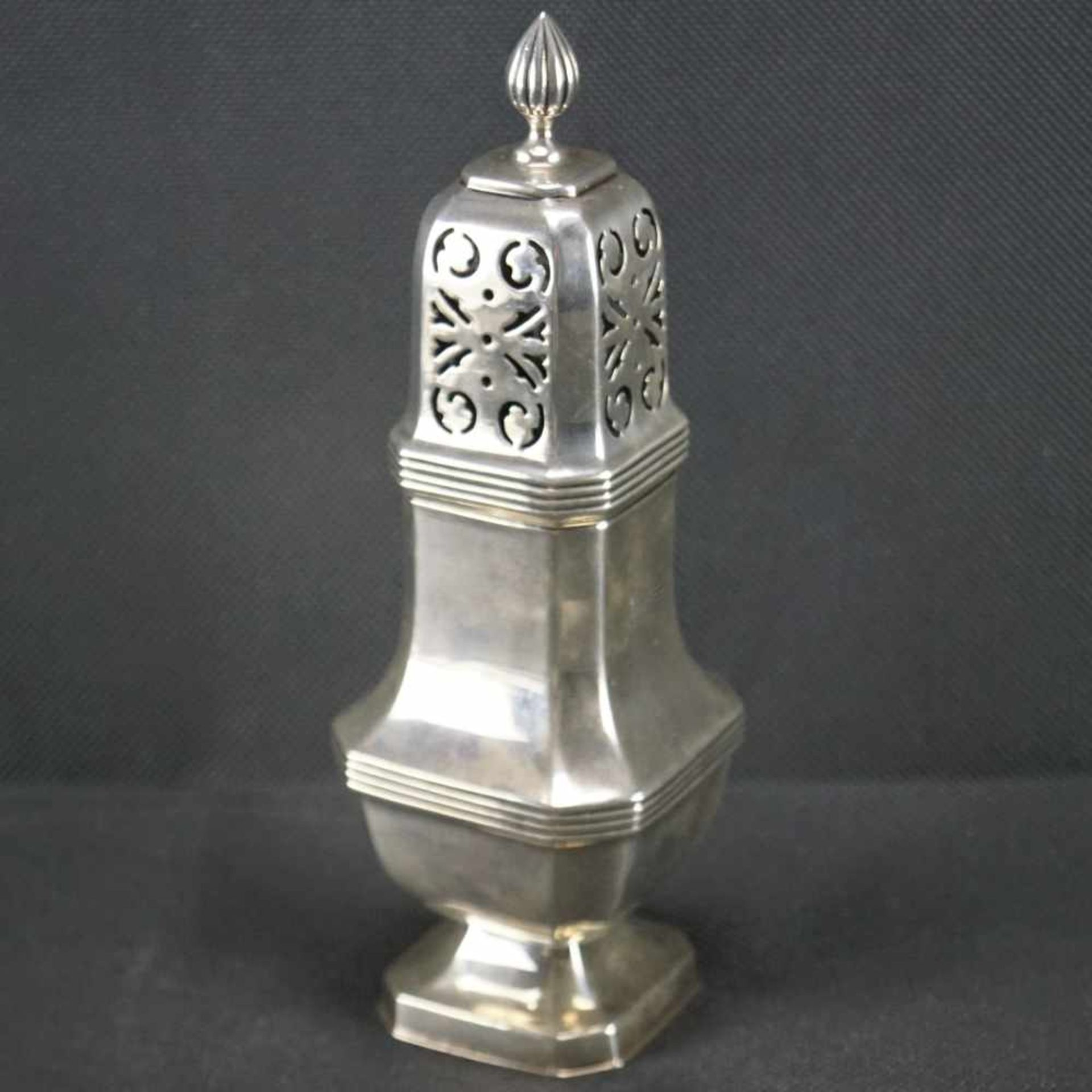 Zuckerstreuer, EnglandSterling Silber, London, Richard Woodman Burbridge, 1936, gepunzt, Höhe 18,5