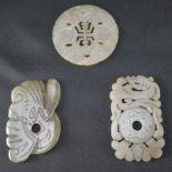 Drei Jadeschnitzereienhellgrüne Jade, im archaischen Stil, Maße der eckigen Schnitzereien Höhe 7