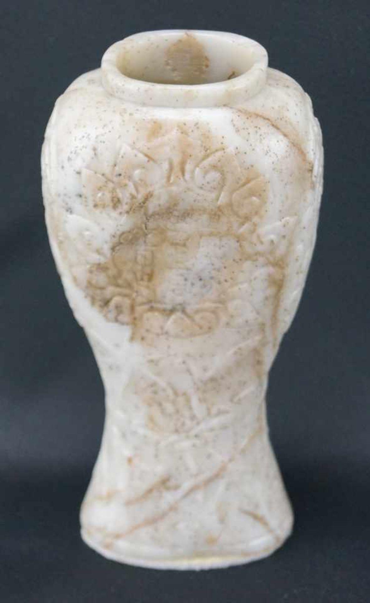 Vase aus JadeWeiße Jade, Höhe 17,5 cm x Breite 8,5 cm x Tiefe 5,5 cm, in einem guten Zustand - Bild 2 aus 6
