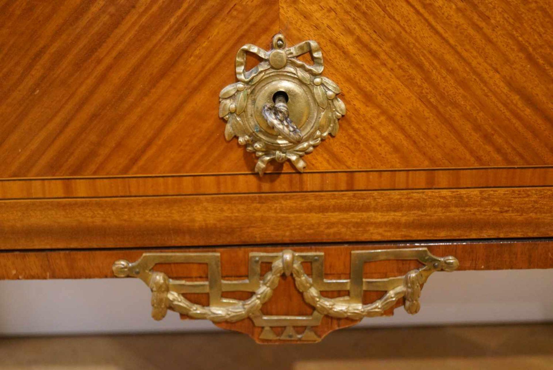 Kommode im Klassizismus-Stilum 1880, Kirschbaum, Messingbeschläge, dreischübig, Marmorplatte, Höhe - Bild 6 aus 6