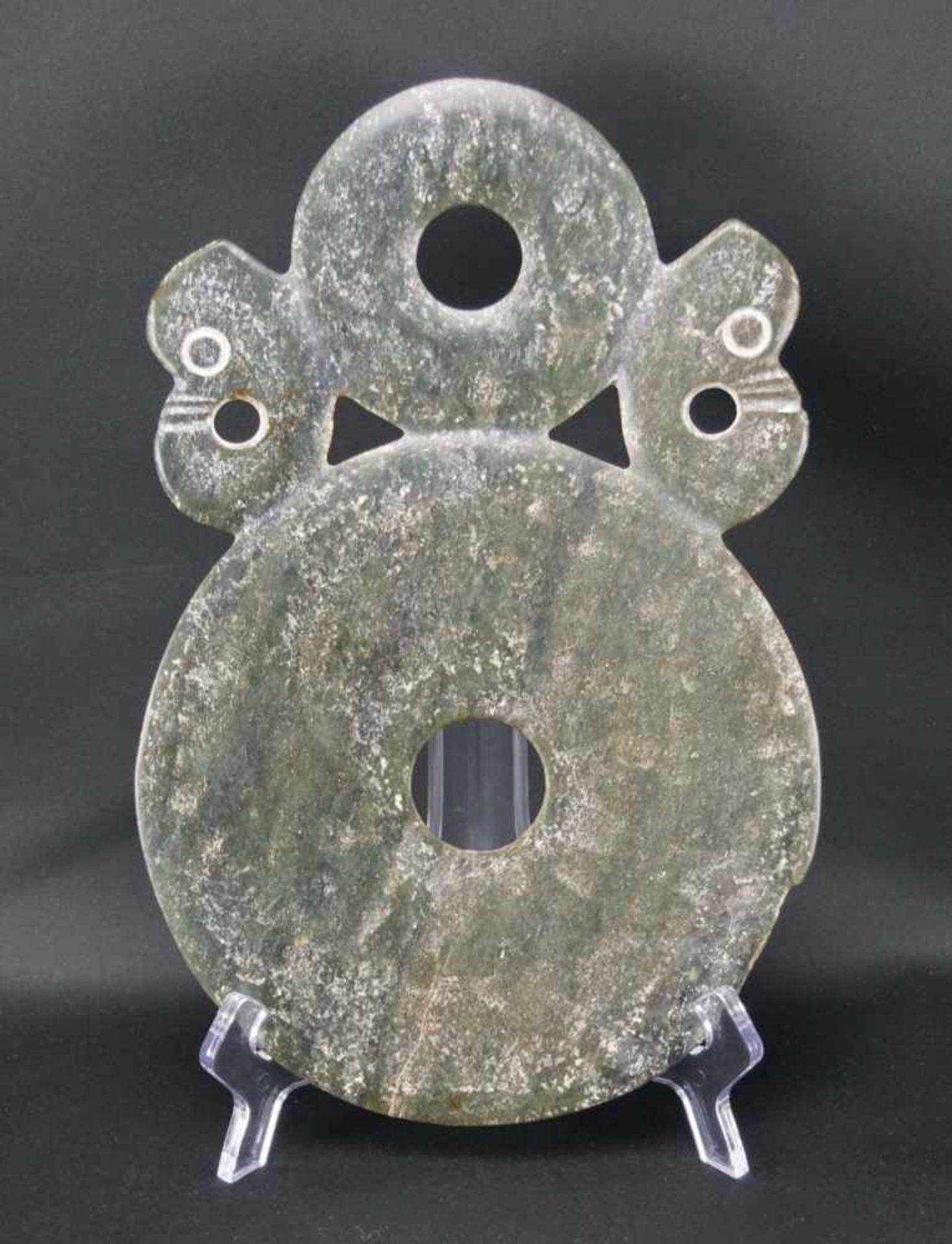 Große Bischeibedunkelgrüne Jade, Durchmesser der großen Scheibe 19 cm, Gesamtmaß Länge 29 cm x