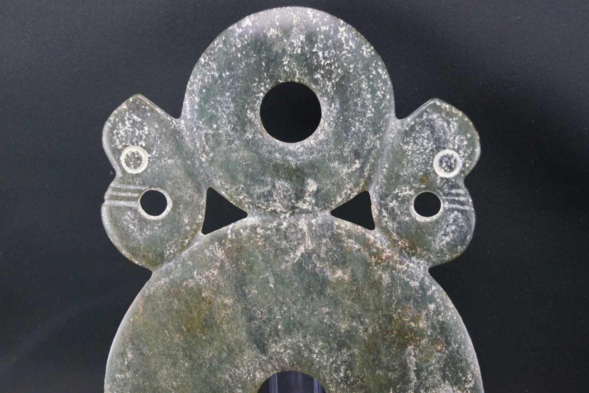 Große Bischeibedunkelgrüne Jade, Durchmesser der großen Scheibe 19 cm, Gesamtmaß Länge 29 cm x - Bild 3 aus 4