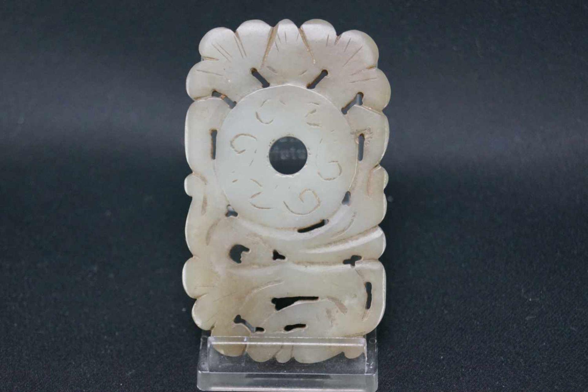 Drei Jadeschnitzereienhellgrüne Jade, im archaischen Stil, Maße der eckigen Schnitzereien Höhe 7 - Bild 3 aus 7