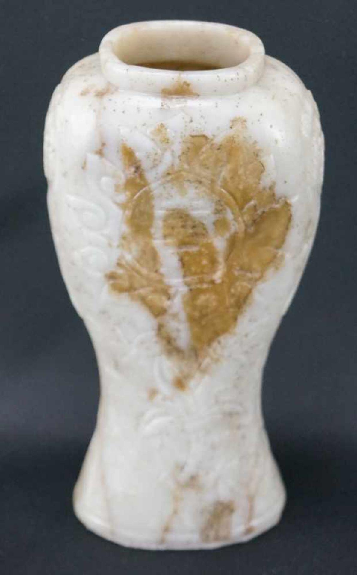 Vase aus JadeWeiße Jade, Höhe 17,5 cm x Breite 8,5 cm x Tiefe 5,5 cm, in einem guten Zustand