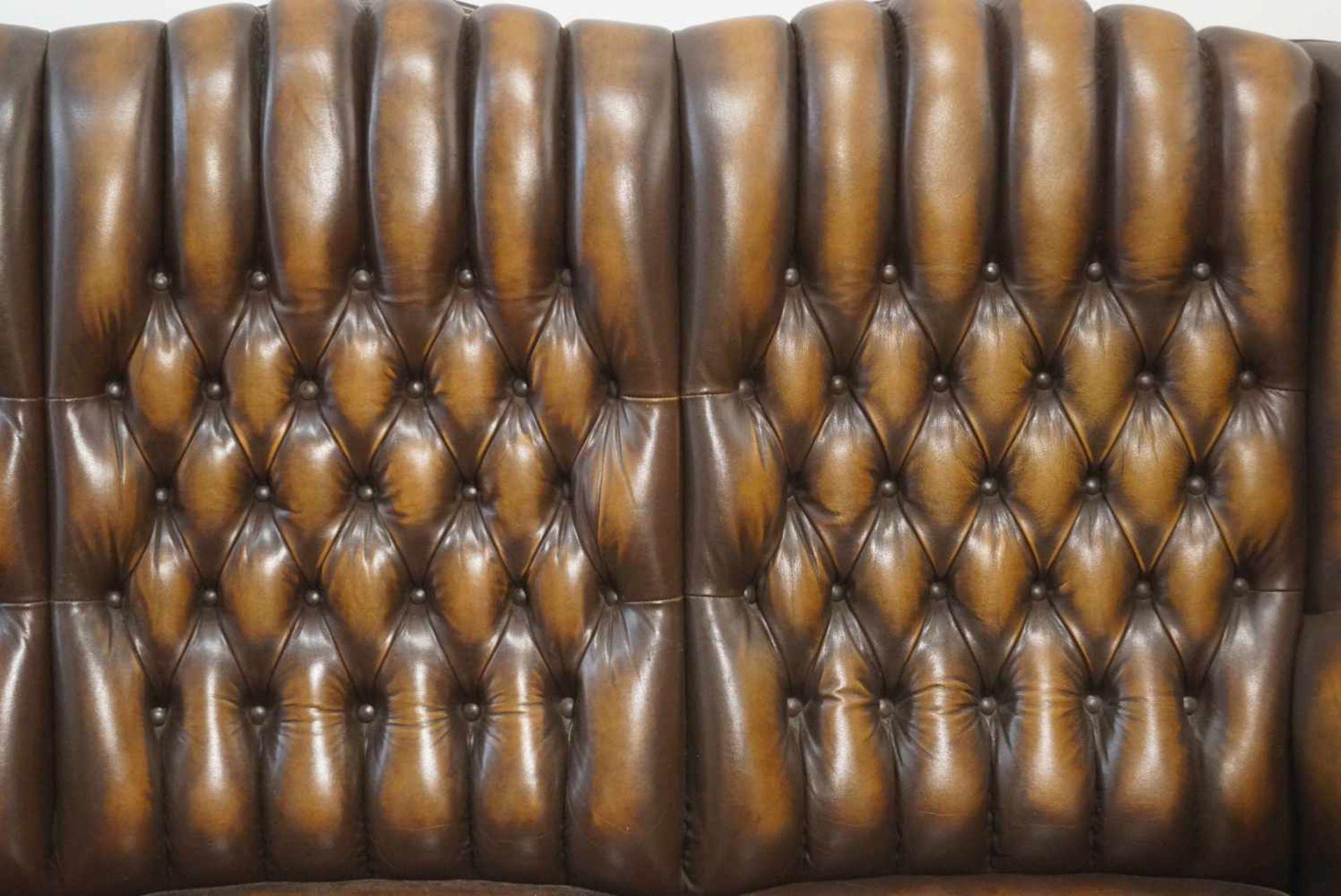 Couch für drei PersonenChesterfield-Stil, braunes Leder, Maße Höhe 101 cm x Länge 175 cm x Tiefe - Bild 2 aus 3