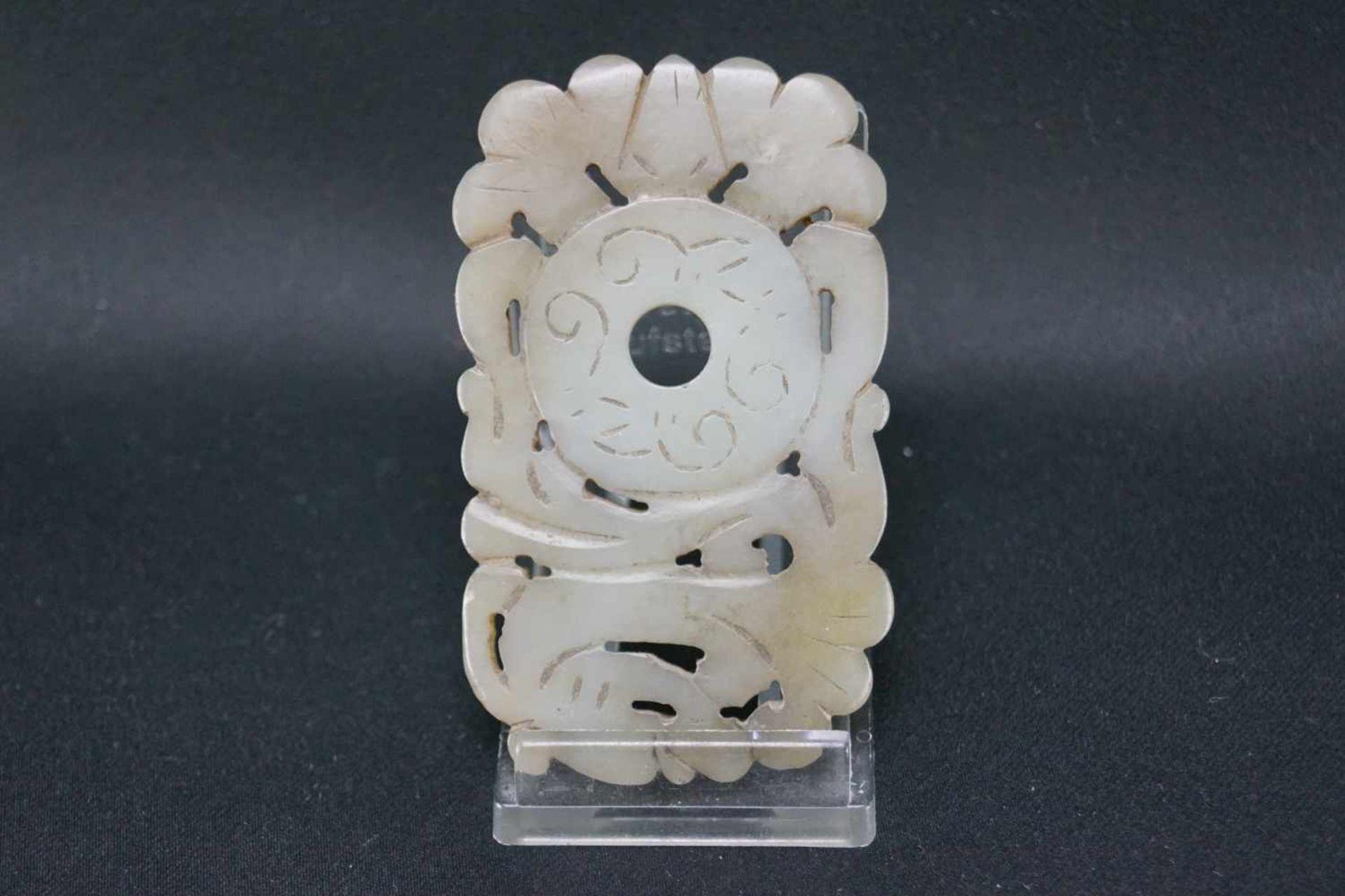 Drei Jadeschnitzereienhellgrüne Jade, im archaischen Stil, Maße der eckigen Schnitzereien Höhe 7 - Bild 2 aus 7