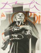 Salvador Dalí (Figueres, 1904 - 1989) Felt-tip pen autograph on a photograph. 23,5 x 18 cm.